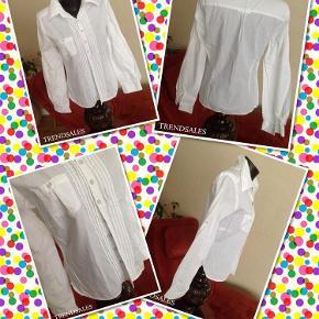 Varetype: 💚🌸💚Flot skjorte m knapdetaljer se mål og fotos Størrelse: 38/40 se mål Farve: Hvid  Smart skjorte  Fra Designers remix Collection   Str'mærkat og materiale mærkat er klippet af, men vurderer til str. 38 lille 40, se mål  Materiale er formodentlig bomuld  Brystmål: 2 x 50 cm Længde: ca. 59 cm Ærmelængde under arm og ud: ca. 50 cm  Standen er flot  --------------------------------------------------------- ---------------------------------------------------------  Priside: 289 plus Porto :O)  Bytter ikke!  ** Se også alle mine andre annoncer med tøj og sko - Tøj: str. 34-50 Sko/støvler: 36-41 desuden tasker, smykker, tørklæder, bælter o.m.a.**  *** Klik på mit brugernavn for at se samtlige annoncer ***  ******************************************** ****************** OBS ********************** **** VÆLGER KØBER IKKE FORSIKRET FORSENDELSE **** ********* KØBES INDLEVERINGSATTEST ************ ********************************************