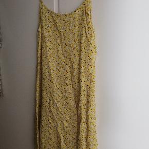 Sælger denne seje Hosbjerg kjole. Brugt og vasket et par gange. Fejler intet. Den er lige lidt krøllet på billederne, fordi den har ligget gemt væk.