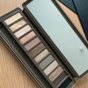 Naked 2 palette - har været brugt, men stadig super fin. Pendsel mangler og følger derfor ikke med.  Hentes i Aalborg eller sendes på købers regning. :)