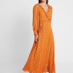 Helt fantastisk og eftertragtet Day kjole sælges. Kjolen er en størrelse 38, men vil også fint passes af en størrelse 36. Materiale: Viskose. Pris: 900kr afhentet eller plus 38kr i DAO porto.