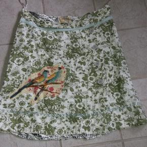 Smuk nederdel med så mange flotte detaljer. Knappes ned foran. I den gode ende af gmb.  Str svarer til en str. 40/42.