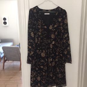 Pæn kjole fra Mango med fine detaljer ved ærmerne og i udskæringen.