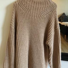 Den er oversize men super behagelig og hyggeligt. God til de kolde måneder. Har aldrig brugt den så ingen tegn på sild mærket i trøjen er dog faldet af. Sælger da jeg ikke for den brugt.