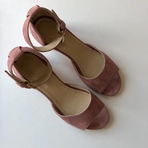 Stilfulde og skønne sandaler, aldrig brugt.
