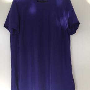 Flot t-shirt fra Hugo Boss i silke.  Brugt en enkelt gang og fremstår helt som ny.  Kom med et bud