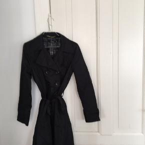Fin sort trenchcoat med ternet for. Stryges før afsending/afhentning