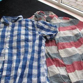 2 kortærmede skjorter i 100 % bomuld.  BM ca 2 x 52 cm Hel længde ca 66 cm.  Kun brugt få gange så fremstår som nye  Prisen er for begge 2 samlet.  Se også mine over 100 andre annoncer med bla. ame-herre-børne og fodtøj