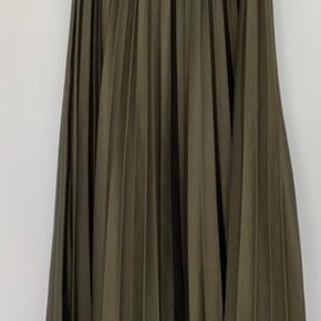 Nypris:799kr. Plisse nederdel fra Studio Parisien Sendes for købers regning