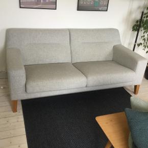 lot nordisk sofa købt i IDEmøbler 2014, sælges pga. flytning. Lysegrå 2,5 personers sofa, med ben i oliebehandlet eg.  L183xH80xB96 Nypris: 6999  Matchende lænestole sælges også.