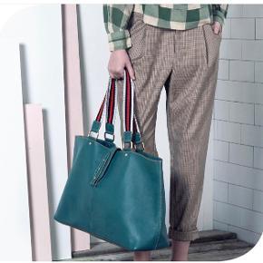 Lækre bukser med tern. Beige i farven.  Aldrig brugt.   Jeg bytter ikke 😊