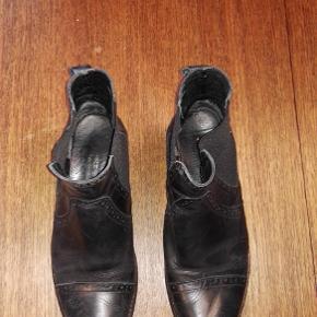Varetype: Chelsea støvletter, støvler Farve: Sort Oprindelig købspris: 899 kr. Nyprisen er estimeret.  Størrelse: 37 Materiale: læder, gummi Mærke: Shoe Biz, Shoebiz, Shoe Biz Copenhagen, et undermærke af Gardenia Vægt: 541 gram.   Beskrivelse: Støvler fra danske Shoe Biz, elastikken er fin og intakt. Bag på den venstre er den gået op mellem læder og sål.   De har fået nye såler på, det kostede 350 kr. De trænger til en gang pudsning. Fint mønster.  Klik på Køb nu knappen og køb med det samme. Hvis der er mere på min profil du ønsker at købe med, tilføjer du blot det.  Mine annoncer er delt op i kategorier, dvs. alle jeans, jakker, kjoler etc. er samlet på profilen. Scrol og se alle ting i shoppen.