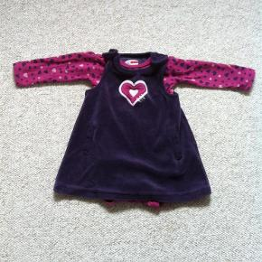 Varetype: Kjole og body Farve: Lilla og pink Oprindelig købspris: 200 kr.  Rigtig fin velour kjole, som stadig er dejlig blød. Samt tilhørende body.