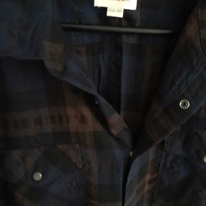 Bomuldsskjorte med fede detaljer, se billeder