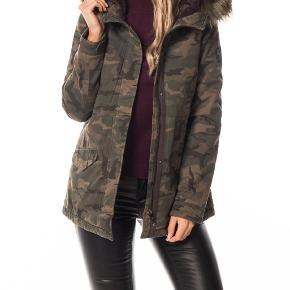 Skøn vinterjakke med aftagelig kunst pels. Helt ny med mærke. Sender gerne 🌸