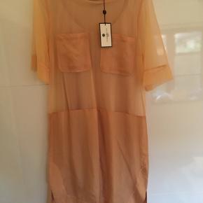 Helt ny kjole! By Malene Birger. Sommerkjole med underkjole. Farve: nok mere sand end fersken. Aldrig brugt. Med prismærke.