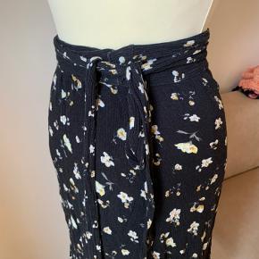 Så lækker slå om nederdel fra Noella  Str M Men passer alle str da man binder ind i livet efter ens størrelse.  Let og lækker stof