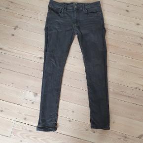 Jack and Jones Jeans der er et hul ved skridtet   De er i en størrelse 32 / 32