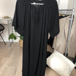 Fin kjole fra Arket, brugt en enkelt gang. Str. S, nypris 750 kr. BYD