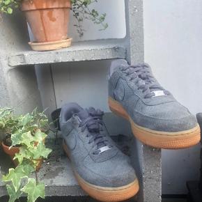 Nike air Force one  De har været revnet på vristen og er blevet syet hos en dygtig skomager (se billede) kan næsten ikke ses.