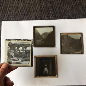 Unikke små glasnegativer, glasbilleder som ser vildt godt ud at have stående i eks. en vindueskarm, hvor lyset kan spille ind. Retro, vintage. Gamle og forskellige motiver. Hvis disse fænger kan jeg evt. skaffe flere :)  Måler 8,5x8,5 cm  Glasbilleder, billeder på glas Farve: Ukendt