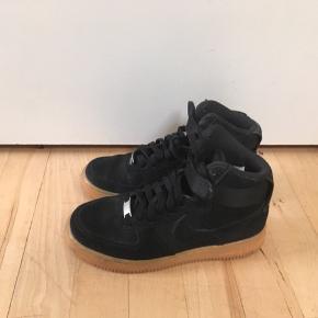 Nike Air i sort ruskind str. 37,5 sælges. Måler 23,5 cm. Se også mine andre spændende annoncer ☀️