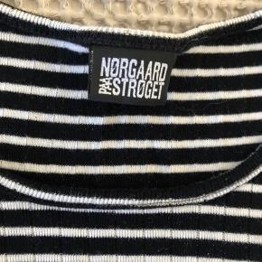 """Klassisk """"101 Rib"""" fra Mads Nørgaard sælges. Blusen har kun været i brug en enkelt gang, og er derfor helt som ny. Køber betaler fragt, hvis varen skal sendes."""