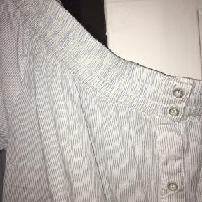 Second Female bluse, str. L, har en lille plet, BYD