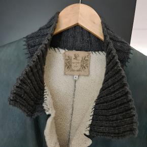 OBS! Skynd dig at købe, den er til salg kun i begrænset periode! Rulamsfrakke i lækker kvalitet og flot farve med strikket krave, mangetter på ærmerne og lommer indvendig. Meget let og varm. Rulam Lambskin