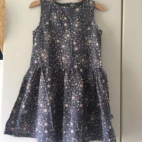 Sød sommerkjole fra Wheat i mørkegrå med nude stjerner og knapper i ryggen. Helt ny med mærke. Nypris 349 kr.