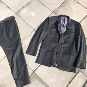 Flot mørkegråt jakkesæt i str 48. Aldrig brugt.   Kan afhentes i Køge, Greve eller Valby