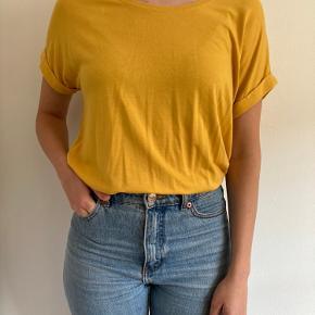 Gul t-shirt fra Only. Lidt oversize så kan også passes af en størrelse medium/large  Model bruger normalt str S.