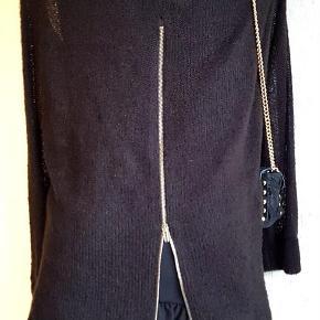Brand: Rinascimento Varetype: kjole Farve: Sort Oprindelig købspris: 799 kr. Prisen angivet er inklusiv forsendelse.  Smuk og elegant kjole i sort strik med sløjfe ved hals, sort underkjole afsluttet med flæser nederst, stof af høj kvalitet - skiller sig ud med sit unikke og elegante design, typisk Italiensk.  Rinascimento - Italiensk design og kvalitet, producerer mange forskellige designs i mindre mængder for at give den moderne kvinde et unikt udseende og klæde sig elegant til enhver situation.