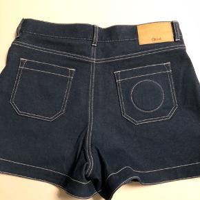 Lækre Chloé shorts i farven ultramarine. High rise. Bomuld/elastan. Aldrig brugt. Livvidde ca. 41 cm fladt målt. Indvendig benlængde 8 cm. 42 fransk størrelse.