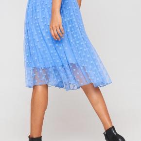 Den flotteste nederdel fra Baum und Pferdgarten i størrelse 36 🐬 kun brugt få gange. Matchende bluse sælges også. Sælges gerne som sæt 🌷🌻