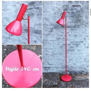Elegant hindbærrød standerlampe med hvid stofledning 195kr💡🌸 140cm høj