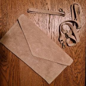 En lækker beige farvet clutch med vedhæng til så den kan bruges som en lille fin skuldertaske.
