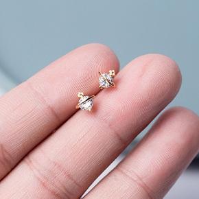 Materiale: krystal og guldbelagt  Størrelse: 0.7cm*0.6cm  Materiale: krystal og guldbelagt