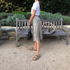 HM nederdel Str. 36.   Fri fragt gives idag d. 23!🌸  Ingen større tegn på slidt, stoffet er lidt mellert i det så det er lidt farve forskjeller enkelte steder.   95% silke. N.P.: 799,-
