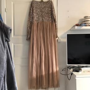 Kjole fra mærket Maya Deluxe i en størrelse 46. En nude farve. Har palietter i overdelen og lukkes med lynlås bagpå. Brugt én gang til galla.