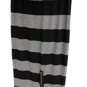 Lækker tube nederdel med slids bagpå. Kan bruges af en str. Xs- s og m.