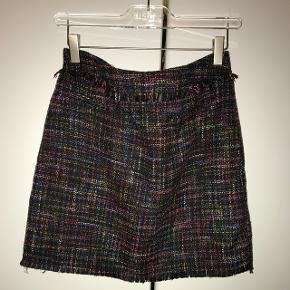 Super sød 'lookalike' Chanel style nederdel, med en lille frynse kant foroven, og med en fake lavet lomme (se billede 2). Lukkes med lynlås bagpå.- Køber betaler fragt.
