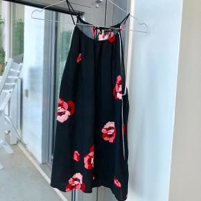Sød sort sommertop med røde blomster ❤️