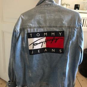 Unisex Tommy jeans denim jakke. Købt for 2000kr. Den er limited edition! Kan afhentes på frederiksberg