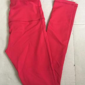Super lækre Højtaljede træningstights / Yoga tights  Har en smart lomme til iPhone / nøgle - og lange ben   Har fået dem i gave fra udenlandsk veninde, men passer dem desværre ikke.  Normal str XS - Mærket er fra Amazon i US/ UK, men de leveres ikke til DK!  Tights Farve: Rød Kvittering haves