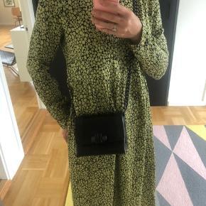 Taske fra Yvonne Kone Model: Mini satchel nappa Kvalitet: 100% nappa H: 14 cm B: 18 cm D: 8 cm. Købspris 4.200 fremstår som ny