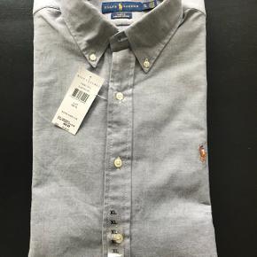 Grå slim fit herre skjorte fra Ralph Lauren sælges, da min kæreste ikke kan passe den. Der er stadig prismærke på :)