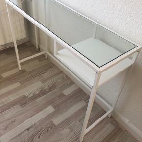 Skrivebord fra Ikea :)  Skal afhentes på 2. sal