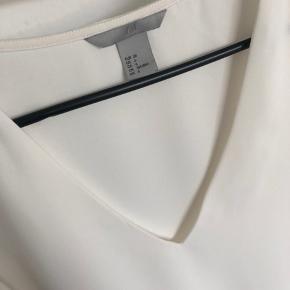 Smuk hvid top fra H&M med de smukkeste ærmer. Brugt én gang. Jeg sender gerne :-)