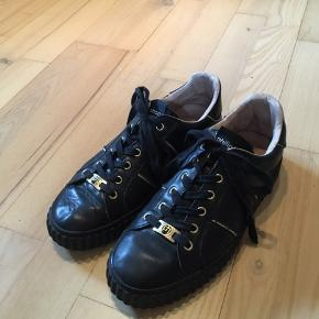 Fine sorte sneakers med guld detaljer! Næsten aldrig brugt, ingen tegn på slid 🌸