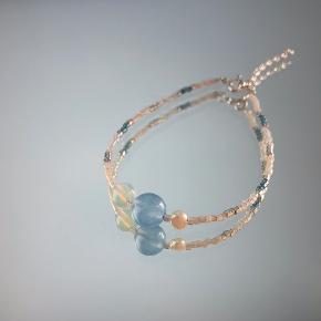 Armbånd i 925 sterlingsølv med opal, ferskvandsperler og himmelblå kvarts 🦋 Kan justeres fra 16-19 cm.  Kan laves i ønskede længde ved bestilling.   Se mere på vores Instagram unika_jewellery ✨